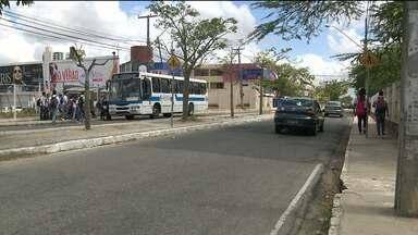 Mulher reage a assalto e é ferida em Campina Grande - O assalto foi no bairro do Catolé, perto de uma escola.