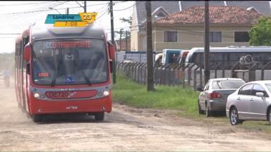Garagem irregular de ônibus gera dor de cabeça no bairro Capão da Imbuia - Moradores estão revoltados com a situação.