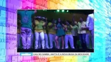 Anitta cai na dança ao ser coroada musa de escola de samba - Cantora já deu aula de funk no Mais Você; reveja!
