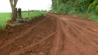 Cacos de amianto foram retirados de estrada rural em Foz. - Agora o município vai ter que dar uma destinação correta para o material, que é considerado tóxico.