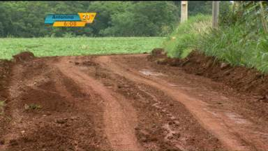 Cacos de telha de amianto que cobriam uma estrada rural foram retirados - Prefeitura tinha usado esse material para tapar buracos numa estrada rural da região.