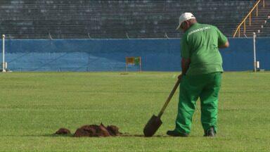 Começa a troca do gramado do Estádio do Café - A situação do campo vinha sendo criticada há tempos pelos jogadores. Finalmente o serviço para substituir a grama começou hoje.