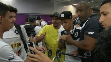 Garantido na Série A, Botafogo é recebido com festa no aeroporto do Rio de Janeiro - Jogadores agora falam em buscar título da Série B, que já pode vir na próxima rodada.