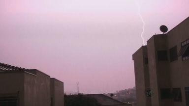 Morador registra forte chuva e raios em São João da Boa Vista - De acordo com o Departamento de Meio Ambiente, mais de 30 árvores caíram com os ventos fortes que não atingiram casas e carros.