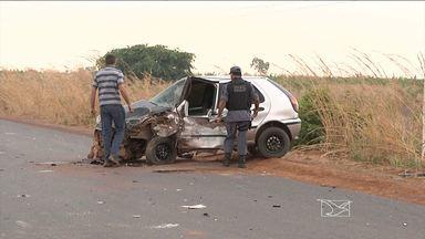 Dois veículos colidem frontalmente na MA-006, na região sul do estado - A causa do acidente pode ter sido um buraco na pista.