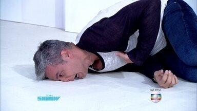 Otaviano Costa cai no chão depois de se acabar no samba - Apresentador rola pelo estúdio do Vídeo Show