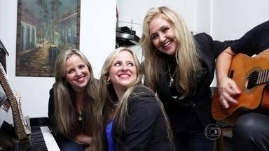 Adriana canta 'Te Amar é Tão Bom' com as filhas Natanna e Tuanny - Elas relembram carreira, disco de ouro no Chacrinha e sucesso no Balão Mágico