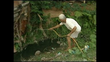 Moradores de Aracuí sofrem com a quantidade de mosquitos, no Sul do ES - Córrego é o espaço usado pelos mosquitos para reproduzir.