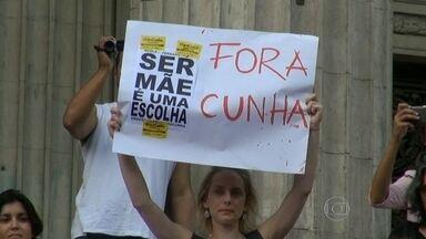 Protesto pede saída de Eduardo Cunha e Pedro Paulo Carvalho - Manifestação começou em frente à Alerj. Mulheres são maioria.