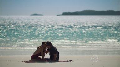 Carolina e Arthur ficam juntos à beira do mar - A editora da Totalmente Demais imagina como seria uma vida de casada com Arthur