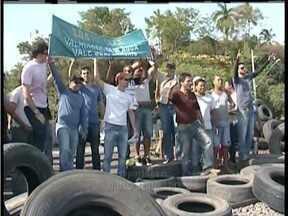 Falta de água em Valadares compromete atendimento médico; moradores protestam - Cidade vive um drama depois os rejeitos das barragens de Mariana atingiram o Rio Doce e o abasteciento de água foi suspenso.