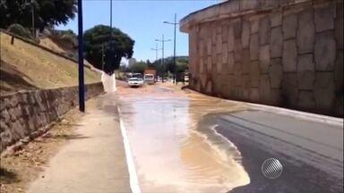 Giro de Notícias destaca vazamento de água na região do Dique do Tororó - Veja também detalhes sobre um ataque a banco no interior.
