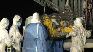 Afastada suspeita de ebola no paciente que ficou isolado no Rio - Paciente, de 46 anos, chegou de Belo Horizonte em um avião da Força Aérea e foi transportado numa maca coberta pra garantir o isolamento.