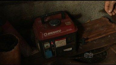 Produtores rurais esperam por energia elétrica há 5 anos, em Rio Verde, GO - Para não ficarem no escuro, eles utilizam um gerador, mas afirmam que não esta fácil manter o investimento, devido ao preço do combustível.