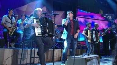 Xand Avião e Dorgival Dantas fazem parceria no 'Altas Horas' - Cantores se apresentam com a música 'Pode chorar'