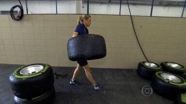 Mariana Becker passa um dia como mecânica da Sauber - Repórter troca pneus, limpa carenagem e acaba aprovada por Felipe Nasr