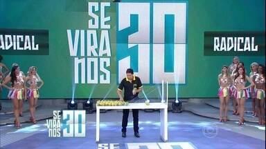 Luís da Laranja corta 75 laranjas em tempo recorde no 'Se Vira nos 30' - Participante mostra agilidade ao cortar as frutas no palco do 'Domingão'