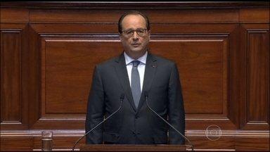 François Hollande declara que a França está em guerra - Reação francesa contra o Estado Islâmico começou no domingo (15). Presidente francês quer mudar a constituição para enfrentar o terrorismo.