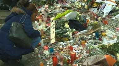 Franceses prestam um minuto de silêncio em homenagem às vítimas - Em Londres, a homenagem foi numa praça importante da cidade. Em Nova York, os operadores da bolsa de valores também fizeram um minuto de silêncio.
