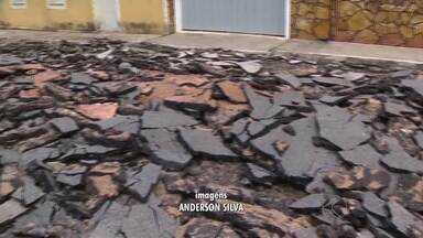 Prefeitura de São João del Rei inicia retirada de asfalto em rua tombada - Trecho da Rua Santo Antônio, no Centro Histórico, está asfaltado desde 1993.Cerca de 50 funcionários realizam os trabalhos que devem durar três meses.