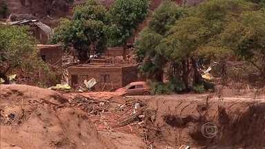 Bombeiros reforçam buscas perto da barragem de Fundão, em Mariana - Estrutura se rompeu, deixando mortos e desaparecidos.