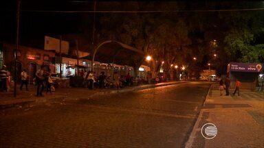 Ataques de bandidos assustam passageiros em parada de ônibus na Praça Saraiva - Ataques de bandidos assustam passageiros em parada de ônibus na Praça Saraiva