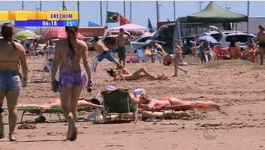 Gaúchos aproveitam o domingo (23) na praia do Cassino em Rio Grande, RS - Assista ao vídeo.