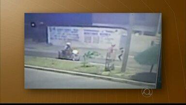 Câmeras flagram mulher reagindo a assalto em Cabedelo - A vítima teria se negado a entregar a bolsa e começado uma luta corporal com um dos bandidos.