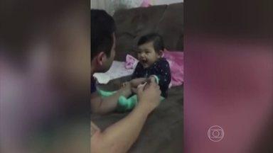 Fofura! Fátima mostra vídeo de bebê tendo crise de riso - Criança cai na gargalhada enquanto pai tenta cortar suas unhas