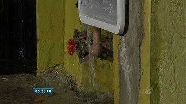 Cano quebrado causa desperdício de água no Bairro Paupina - Segundo a Cagece, o prazo para resolver problemas de vazamento é de até 24 horas.