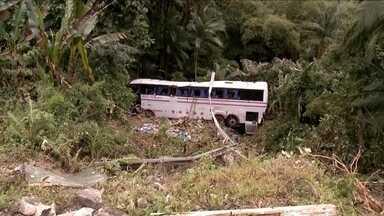 Acidente entre carro e ônibus deixa 5 mortos e 21 feridos na BR-280, em Corupá - Acidente entre carro e ônibus deixa 5 mortos e 21 feridos na BR-280, em Corupá