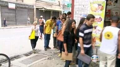 Fila de um quilômetro por emprego em Niterói - As vagas são para todos os níveis e idades. Cerca de vinte mil pessoas devem se inscrever.