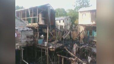 Quatro casas pegam fogo em bairro de Manacapuru, no AM - Apenas uma das três famílias estava em casa quando o incêndio começou.