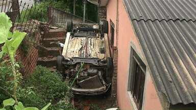 Motorista perde controle do carro e cai dentro de terreno de casa - Uma mulher de 47 anos ficou ferida