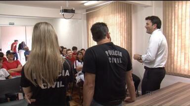 Uma iniciativa de esperança: alunos visitam delegacias em Pato Branco - Estudantes estão tendo uma aula diferente conhecendo o trabalho de policiais nas delegacias.