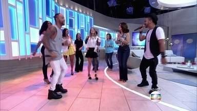 Camille e Paola, convidadas do 'Encontro, dançam ao som do grupo Bom Gosto - Grupo canta 'Agora Perdeu'