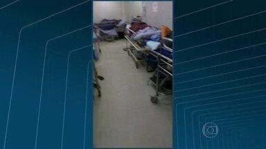 Vídeo mostra superlotação no Hospital Federal de Bonsucesso - As imagens registradas pelo familiar de um paciente mostram corredores lotados. Algumas pessoas estão em macas, cadeiras e poltronas.