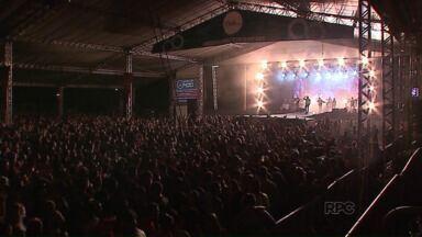 Primeira noite da 26ª München leva multidão ao Centro de Eventos - A abertura foi marcada pelo desfile dos foliões na principal avenida de Ponta Grossa