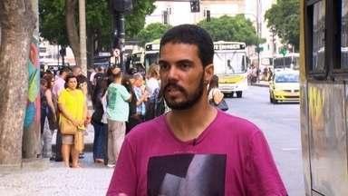 Carteiro ajuda menor após roubo de celular no Centro do Rio de Janeiro - O menor foi acredito na rua, mas o carteiro o defendeu e o entregou aos policiais. Depois da audiência, o jovem agradeceu e disse que vai mudar.