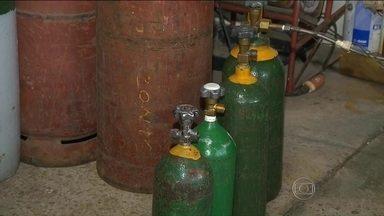 Adulteração de cilindros de oxigênio leva à prisão de oito suspeitos no PR - Segundo o MP, distribuidoras adulteravam lacres de oxigênio industrial para os destinados a tratamento de doentes. Foram apreendidos 161 cilindros.