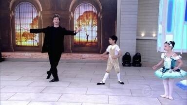 Bailarino Marcelo Misailidis dá dicas para o pequeno Anthony - Anthony se apresenta com duas amigas da escola de balé no palco do Encontro