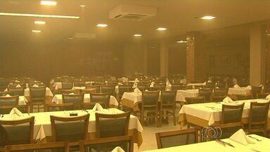 Incêndio atinge churrascaria do cantor sertanejo Marrone, em Goiânia - Curto-circuito no ar-condicionado pode ter causado fogo, diz sócio do artista. Grande quantidade de fumaça fez local ser fechado; ninguém se feriu.