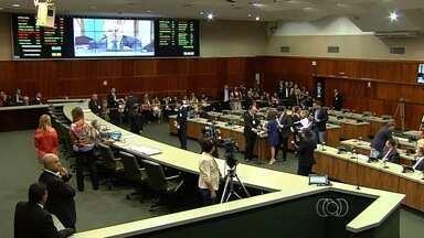 Servidores estaduais fazem protesto na Assembleia Legislativa de Goiás - Eles fizeram mobilização contra o projeto do governo que pretende adiar o reajuste da data base para 2018.