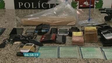 Polícia prende 17 suspeitos de envolvimento com o crime organizado - Os detidos estavam em uma chácara em Cotia. A polícia investigava o grupo, suspeito de tráfico de drogas, há três meses. Com os suspeitos foram apreendidos sete carros, drogas, duas armas, celulares e mais de R$ 10 mil em dinheiro.