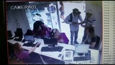 Vídeo mostra ação de bandidos em shopping de Itaipú, em Niterói - Um assaltante entrou numa loja de celulares, sacou a arma e se aproximou de um homem, que era um PM a paisana. Ele reagiu, tentou tirar o revólver da mão do bandido e depois começou a atirar. Um homem que estava no estacionamento foi atingido.