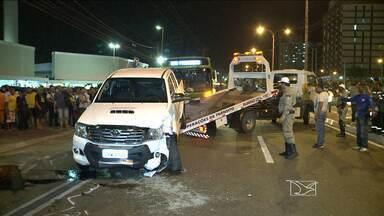 Acidente congestiona trânsito em uma das mais movimentadas avenidas de São Luís, MA - Um acidente nessa terça-feira (2) em São Luís (MA) parou o trânsito. Duas caminhonetes viraram, bloqueando um dos sentidos de uma das avenidas mais movimentadas da capital.