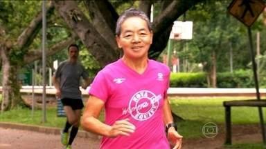 Ex-sedentária entra no mundo da corrida e controla a osteoporose - Tomiko, de 65 anos, corre mais de 200 km. A ultramaratonista revela que sempre viaja, pelo prazer de correr. Ela era sedentária até os 48 anos, até diagnosticar a osteoporose avançada.