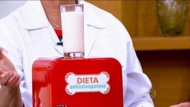 Bem Estar tira dúvidas sobre a saúde dos ossos - A osteoporose está cada vez mais comum a partir dos 35 anos. Saiba o que comer para fortalecer os ossos. Nessa dieta, o leite é fundamental, mas ele pode ser substituído.
