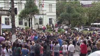 Em São Vicente, servidores invadiram a sede da Prefeitura da cidade - Eles realizaram mais um protesto nesta quarta-feira. Pelo quarto mês seguido, eles vão receber de forma escalonada.