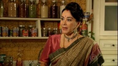 Kochi pergunta a Rani se Maya sabe que Bahuan está no Brasil - A esposa de Komal diz que quem lia as cartas era Deva